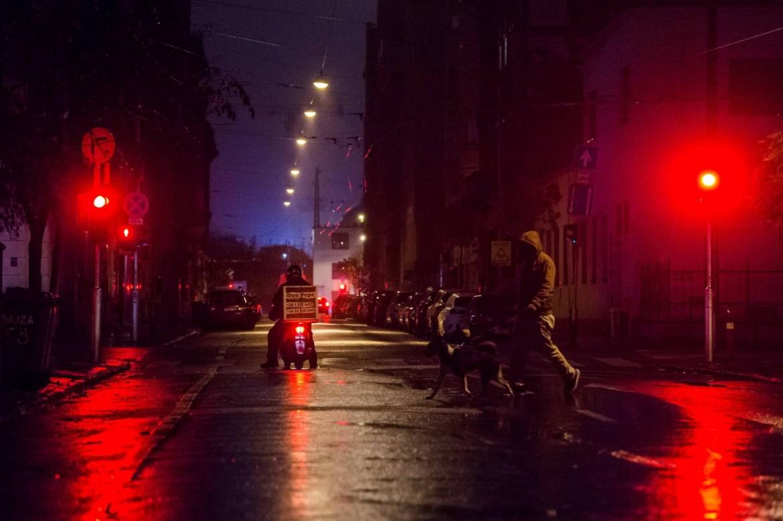 Budapest, 2020. november 13. Kutyát sétáltat egy férfi Budapesten, a Bajza utcában a 2020. november 12-én, késő este. A koronavírus-járvány második hulláma miatt november 11. óta este 8 és hajnali 5 óra között kijárási tilalom van érvényben Magyarországon. Kutyát a tilalom ideje alatt is lehet sétáltatni a lakóhely 500 méteres körzetében. MTI/Balogh Zoltán