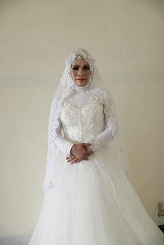 wanita tua berpakaian pengantin