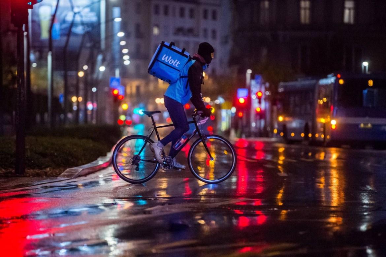 Budapest, 2020. november 13. Biciklis futár Budapesten, a Deák téren 2020. november 12-én, késő este. A koronavírus-járvány második hulláma miatt november 11. óta este 8 és hajnali 5 óra között kijárási tilalom van érvényben Magyarországon. A tilalom alóli mentesülés egyik esete a munkavégzés, amelyet azonban igazolni szükséges. MTI/Balogh Zoltán