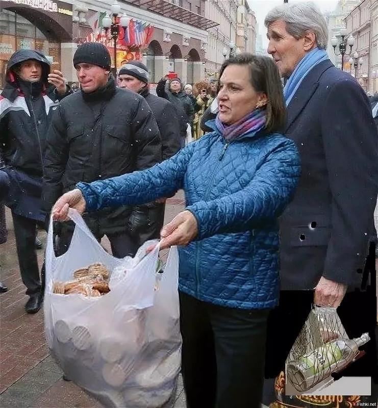 """John Kerry, akkori amerikai külügyminiszter és Victoria Nuland külügyminiszter-helyettes asszony mézes puszedlit osztogat a Majdanon. A kijevi amerikai nagykövetség aktívan, konkrétan kivette részét a Majdan eseményeiből. Nuland itt és ekkor tárta föl: az amerikai kormány 2009 és 2013 között 5 milliárd dollárt fordított Viktor Janukovics törvényesen megválasztott ukrán elnök megbuktatására. Vastagon beszállt Soros György is, aki ezzel """"bevásárolta magát"""" Ukrajna politikai és gazdasági életébe. De nem ők, hanem Szijjártó avatkozott bele Ukrajna politikai életébe."""