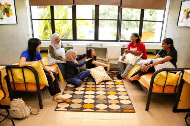 pelajar di dalam bilik hostel USM