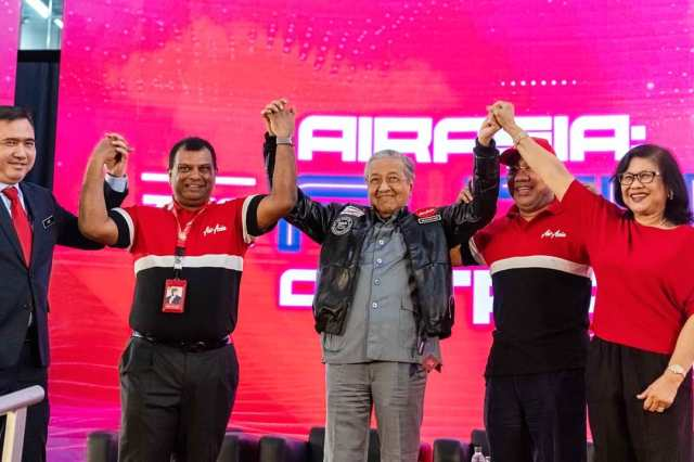 Perdana Menteri Tun Dr Mahathir Mohamad pakai salah satu rekaan
