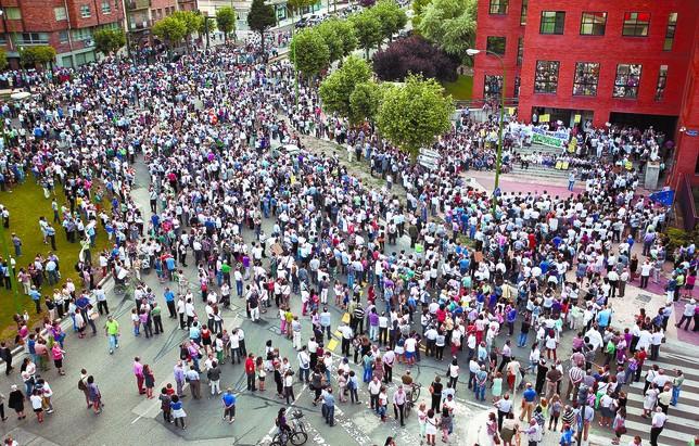 Los manifestantes se concentraron ante la Delegación Territorial de la Junta y gritaron soflamas en favor de la sanidad pública. Luis López Araico