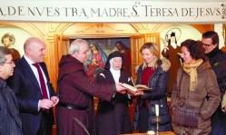 Autoridades civiles y religiosas observan el libro original 'Camino de Perfección' durante su visita al convento pucelano.  Ical