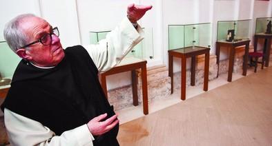 José María Vidal, el prior del monasterio, explica la altura de la que se descolgaron los ladrones.