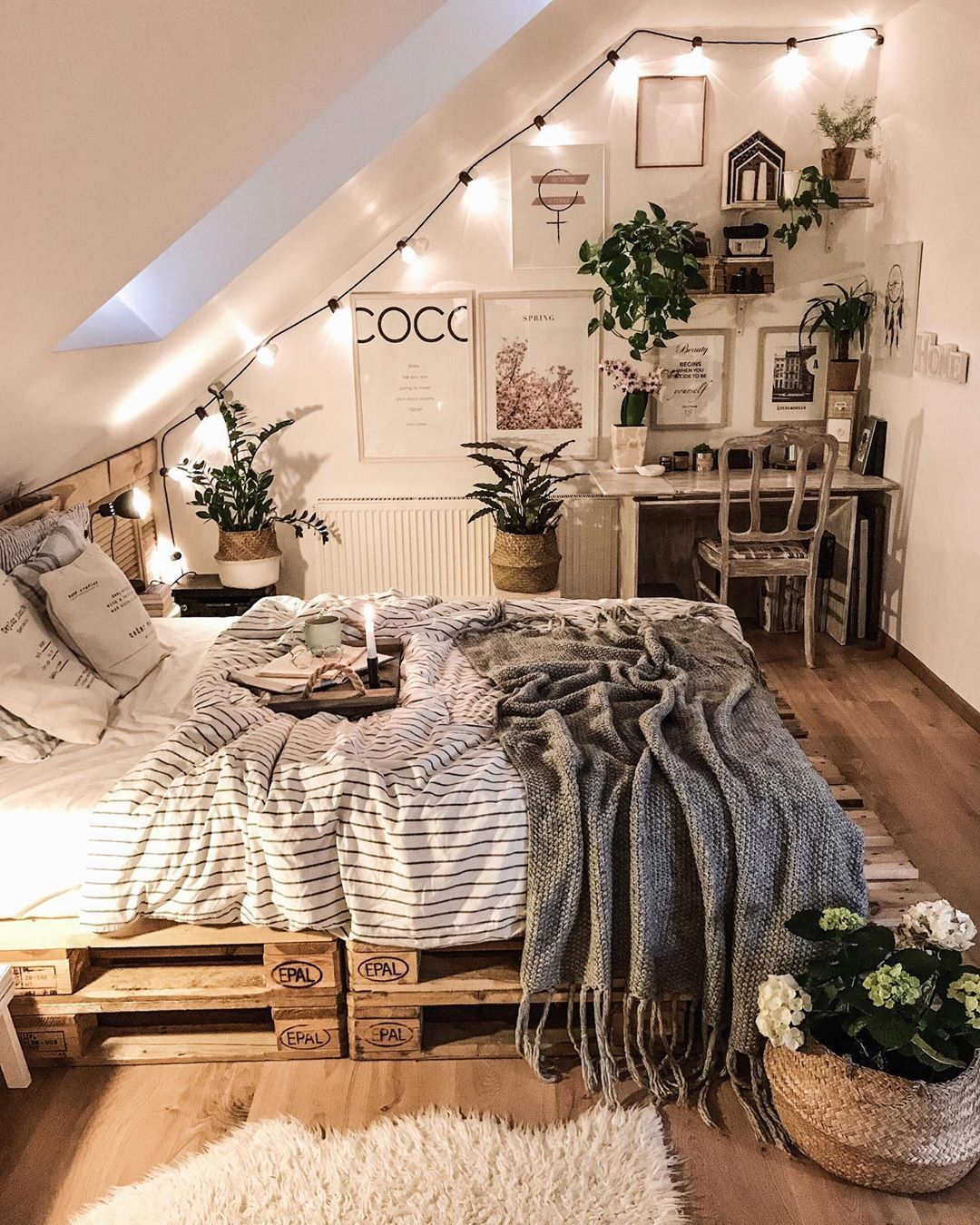 Pallet bed in a cozy room, Poland : CozyPlaces on Bedroom Pallet Ideas  id=17285