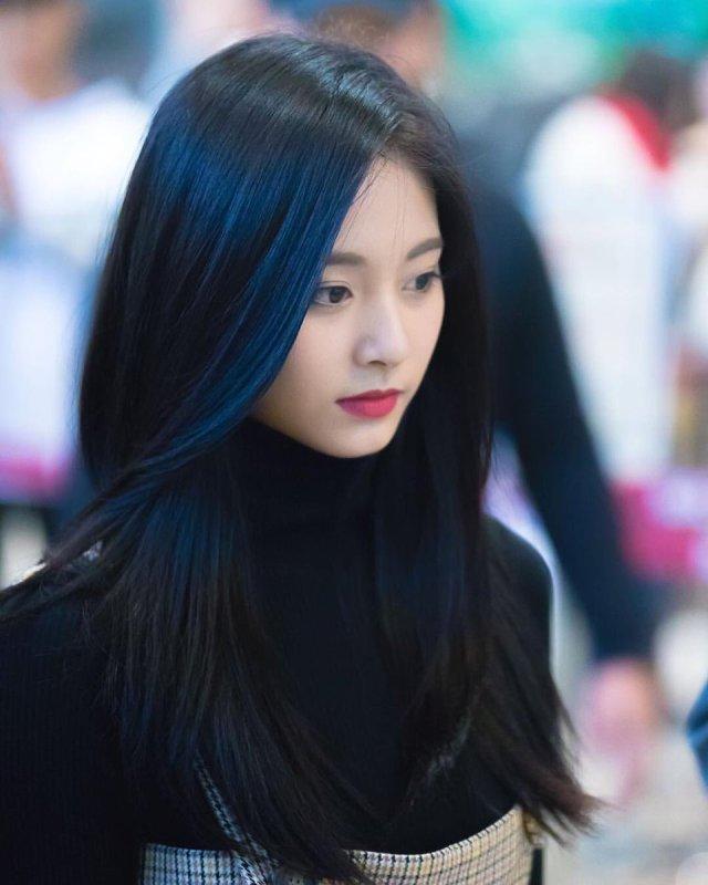 Tzuyu with dark hair : tzuyu