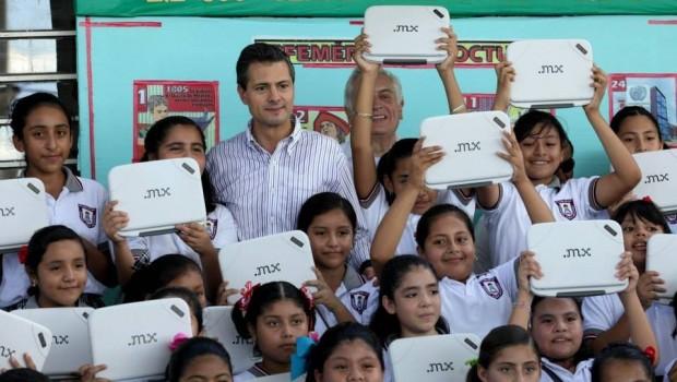 Padres de familia empeñan laptops repartidas por la SEP a escuelas públicas