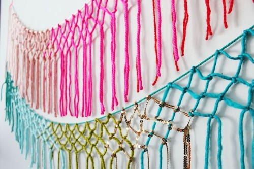 DIY colorful macrame yarn garland (via www.shelterness.com)