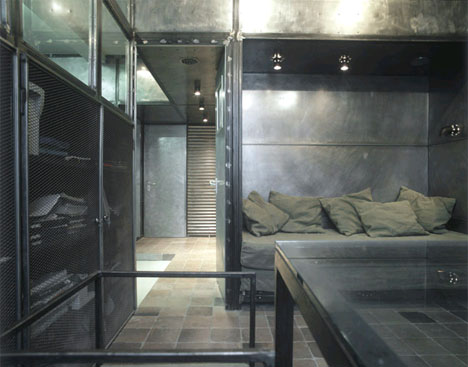 All-metal industrial bedroom design. For some people that might be uncomfy but for masculine interiors this is a very interesting solution.