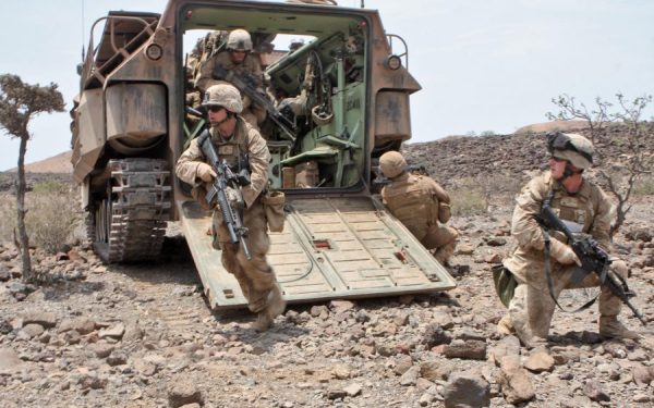 В США двух морпехов выгнали из армии после публикации фото ...