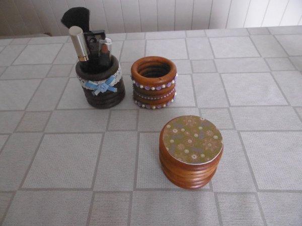 pot avec des anneaux de rideaux en bois