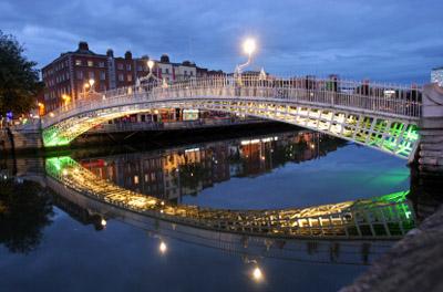 Ireland - Dublin: Ha'Penny Bridge at Night