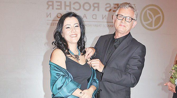 Özgül Öztürk ödülünü Jacques Rocher'nin elinden aldı.