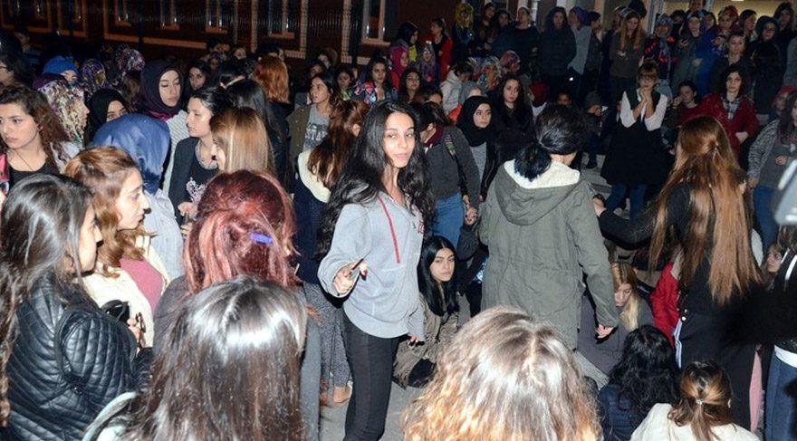 Üniversite yurdu önünde 'kız kaçırma' protestosu
