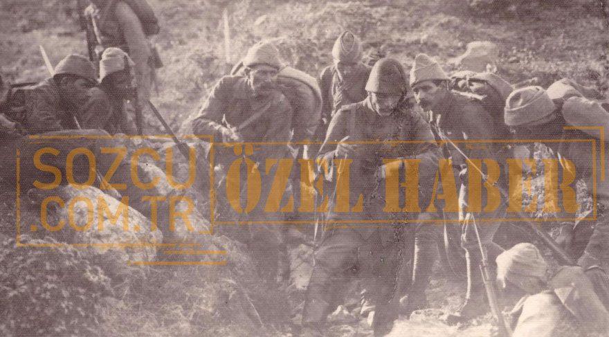 6- Paha biçilmez bir fotoğraf… Gavur Mümin, Çanakkale Savaşı'nda siperde saatine bakarken... İlginçtir, bu fotoğraf çin ordu fotoğrafçısı tarafından canlandırma yapılmıştır (Fotoğraf: Yaşar Aksoy Arşivi – Her hakkı noterlikçe mahfuzdur)
