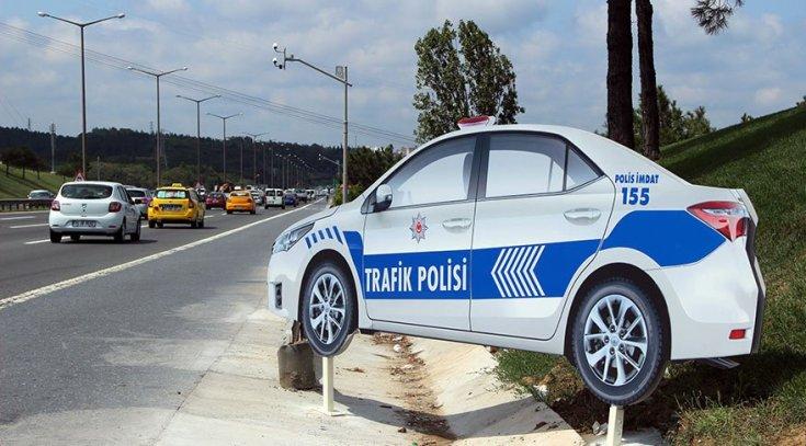 Otoyol kenarına maket trafik polisi aracı koyuldu