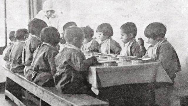 Himaye-i Etfal Cemiyeti Cibali Bakımevi'nin yatakhanesi ve yemekhanesinde işçi annelerin çocukları. (1929)
