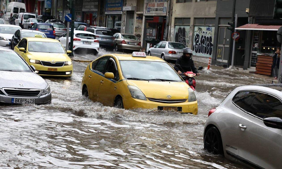 Yunanistan'ı sağanak yağış ve fırtına vurdu
