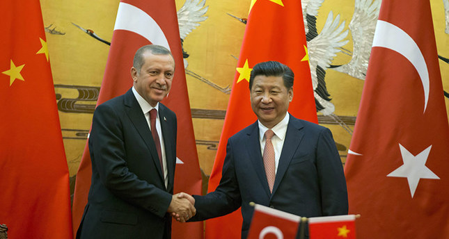 Chinese President Xi Jinping, (R) shakes hands with Turkeys President Recep Tayyip Erdoğan, as they attend a signing ceremony at the Great Hall of the People in Beijing, China, 29 July 2015 (EPA photo)