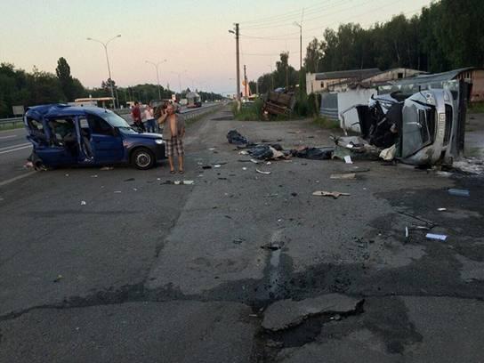 На Київщині у результаті ДТП загинули троє людей, серед п'яти постраждалих є поліцейський