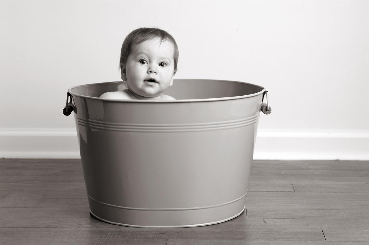 https www parents fr bien s equiper bebe toilette du bebe le bain les anneaux de bain 137789