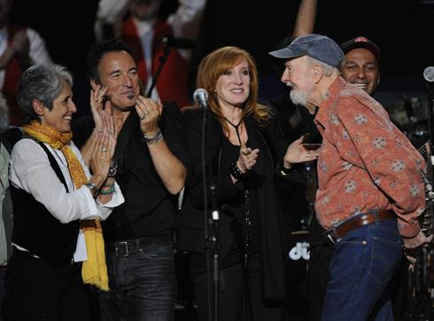 US Today: Joan Baez, Bruce Springsteen, Patti Scialfa und Pete Seeger