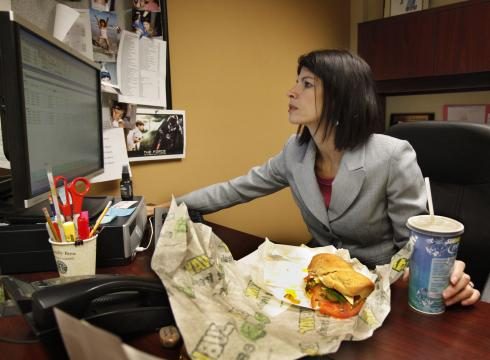 https://i1.wp.com/i.usatoday.net/money/_photos/2012/04/15/More-workers-eat-at-their-desks-8C19DB7O-x-large.jpg?w=900