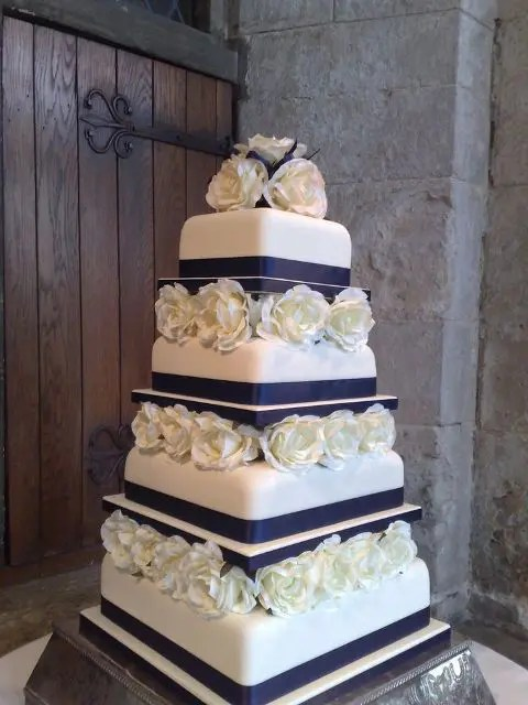 21 Wedding Cakes With Flowers Between The Tiers