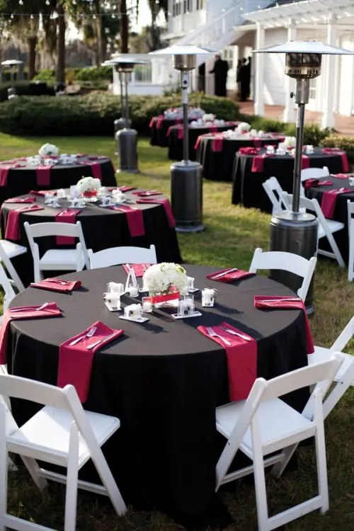 black tablecloths, red napkins and touches of white to refresh the wedding decor