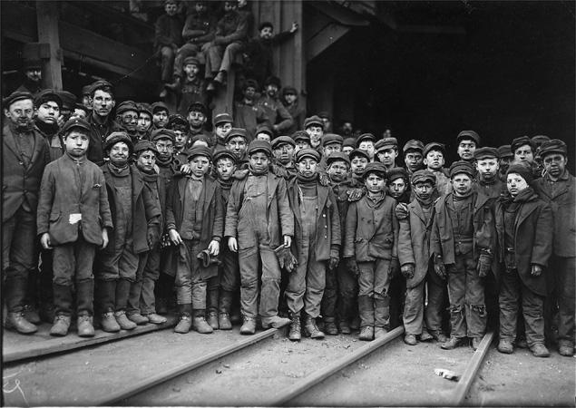 Dzieci pracujące w jednej z kopalni węgla w stanie Pensylwania w USA. 10 stycznia 1911 r.