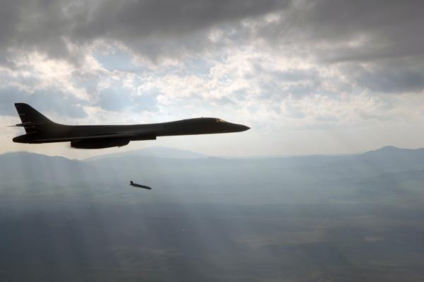 Bombowiec B-1B Lancer odpalający pocisk JASSM
