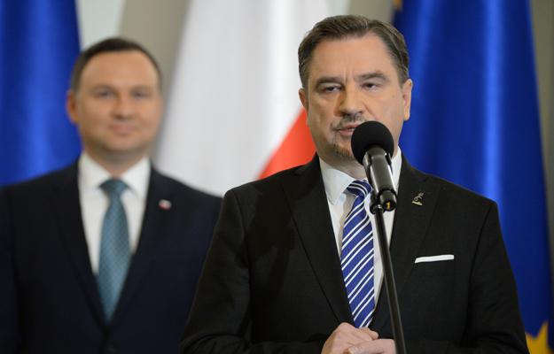 """Przewodniczący NSZZ """"Solidarność"""" Piotr Duda, na drugim planie prezydent Andrzej Duda"""