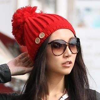 赤いポンポンニット帽