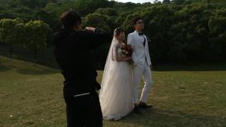 在公园里面拍婚纱照你们有见过吗,新娘新郎真的好美,好漂亮