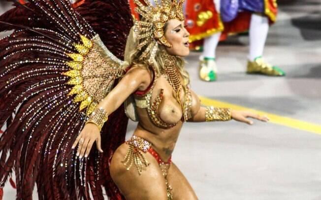 Andressa Urach desfilou com seios à mostra em São Paulo pela leandro de Itaquera em 2014. Foto: Claudio Augusto
