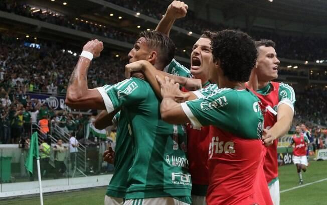 Time do Palmeiras festeja primeiro gol de Dudu no Allianz Parque