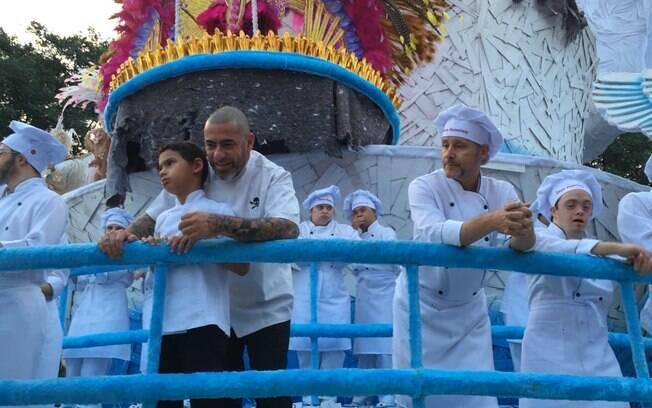 O chef Henrique Fogaça e seu filho vieram em uma alegoria com chefs representados com síndrome de Down