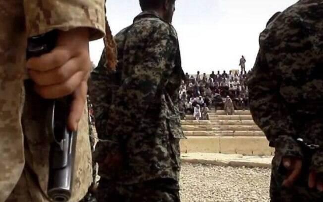 Soldados sírios antes da execução, em vídeo divulgado em julho deste ano