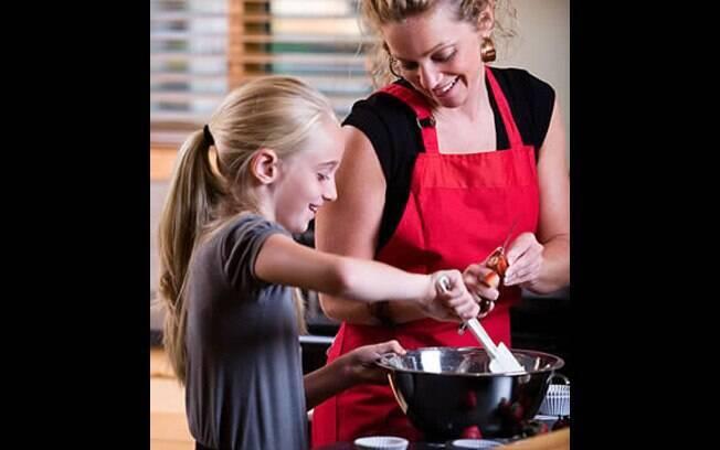 Que tal montar uma refeição diferente? Chame o seu filho para ajudar a criar novos pratos. Além da criatividade, você estimula a alimentação saudável. Foto: Thinkstock