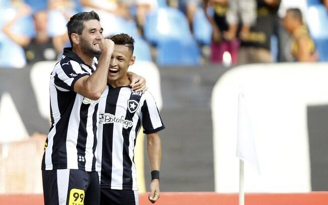 Navarro e Neilton comemoram gol do Botafogo: acesso está bem perto