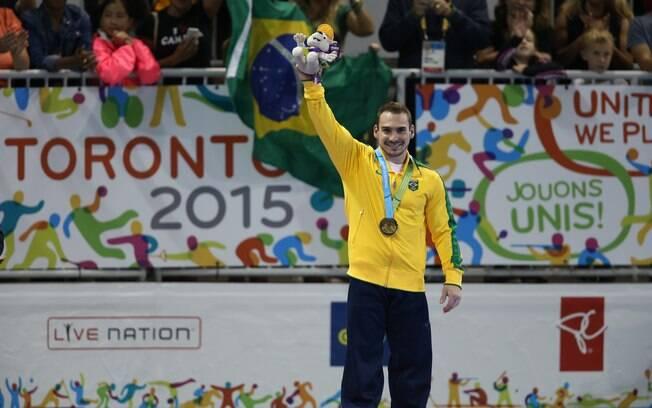 Zanetti comemora um de seus dez ouros conquistados na disputa das argolas. Esse, no Pan de Toronto