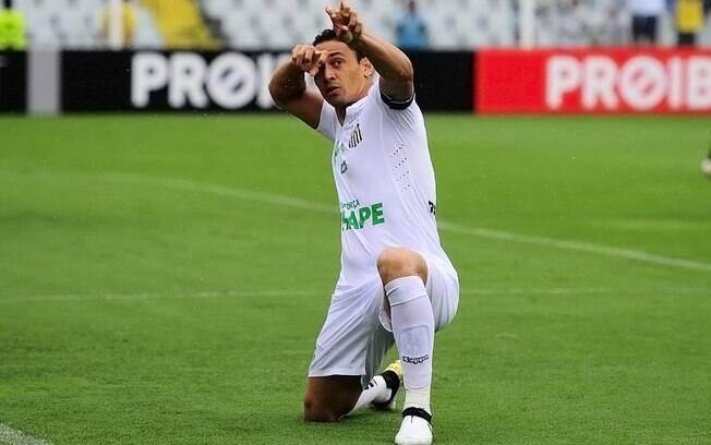 Ricardo Oliveira marcou e comemorou dando uma flechada, em homenagem à Chapecoense