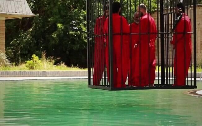 Estado Islâmico afoga espiões dentro de gaiola em piscina (jun/2015). Foto: Reprodução/Estado Islâmico