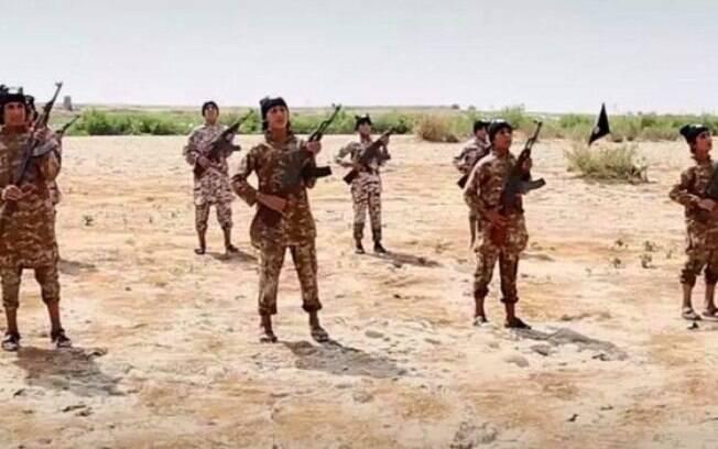 Treinamento de combatentes do 'Estado Islâmico', em vídeo divulgado em julho de 2015