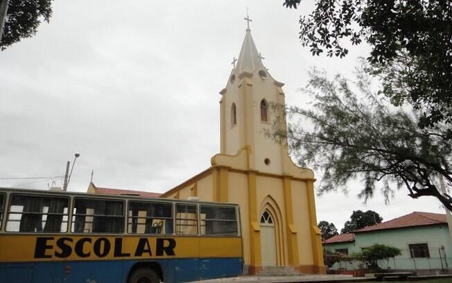 Ônibus escolar em frente a igreja matriz. Foto: Ricardo Galhardo