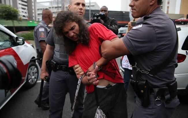 Segundo a PM, jovens foram detidos por resistência e desobediência e levados a uma delegacia da região. Foto: Renato S. Cerqueira/Futura Press - 02.12.15