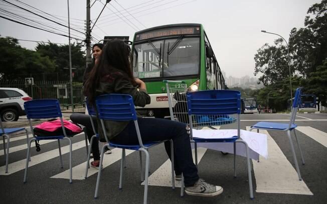 Alunos ocuparam a Avenida Dr. Arnaldo no protesto desta quarta-feira (2). Foto: Renato S. Cerqueira/Futura Press - 02.12.15