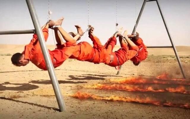 Iraquianos classificados como espiões segundos antes de serem consumidos pelas chamas