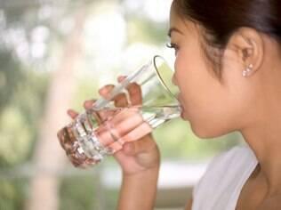 É importante beber água mesmo sem ter sede, alertam os especialistas
